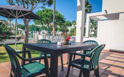 RC Apartamentos Chiclana mesa porche jardín