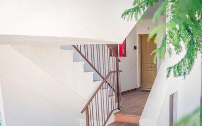 RC Apartamentos Chiclana exterior escaleras puerta