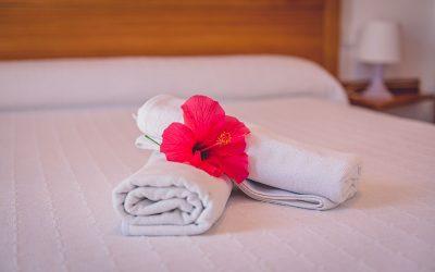 RC Apartamentos Chiclana dormitorio cama doble detalle